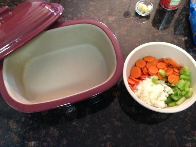 Ahora agregue las verduras trío al panadero profundo cubierto.