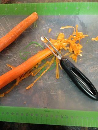 Ahora pelar 2 zanahorias