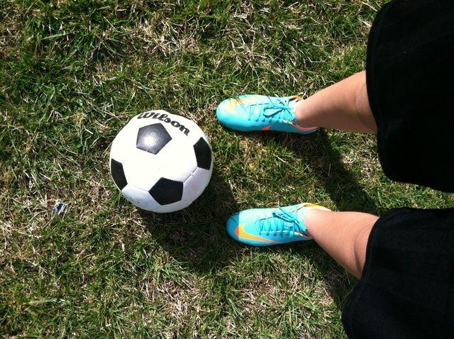Cómo hacer juegos malabares un balón de fútbol