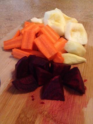 Retire con cuidado y las frutas y verduras de los dados y se centran en el pelado de la menor cantidad de piel posible.