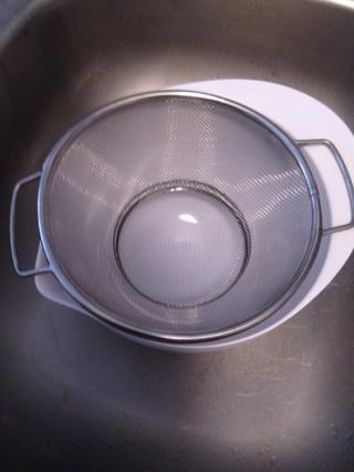 Establezca su colador sobre la taza en el fregadero igual manera.