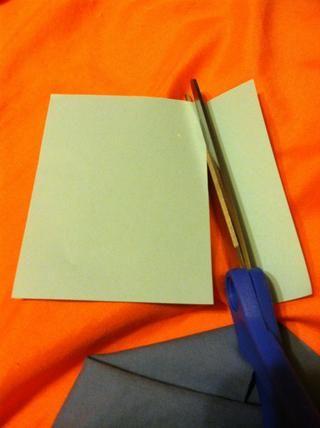 Cortar el papel en tiras. El tamaño doesn't matter as long as you can fit your words onto it.