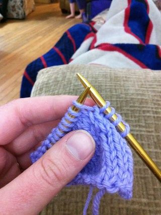Inserte la aguja a la izquierda en el círculo entre la puntada de la derecha y la izquierda agujas.