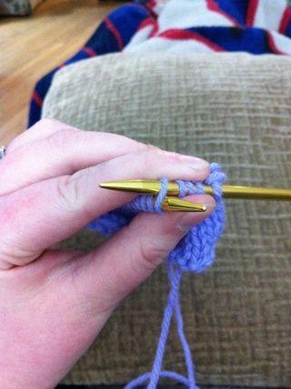 Siguiente inserte la aguja a la derecha en la parte posterior del nuevo bucle en la aguja y luego deslice la nueva puntada en la aguja derecha.