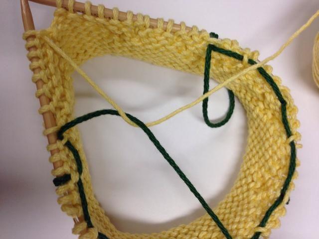 Para mantener el hilo verde ordenada en el interior del sombrero, para cada punto de la perla, recoger el hilo verde detrás.