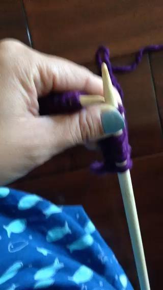 Puntada de punto: inserte la aguja derecha hacia abajo en el primer bucle de la aguja izquierda. Envuelva el hilo una vez alrededor de la aguja derecha. Mantener hilo apretado, dibujar aguja derecha una copia de seguridad con lo que el bucle de hilo también!