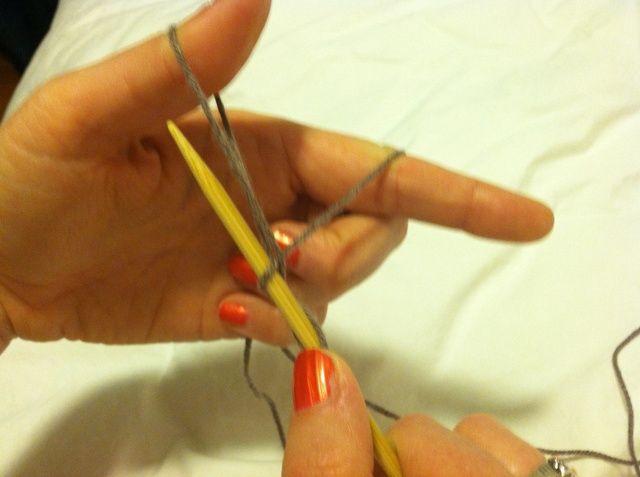 Empuje la aguja a través del ojo de pulgar de derecha a izquierda (hacia el exterior de su mano).