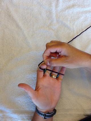 Tire del hilo de bucle sobre cada dedo comenzando con el dedo índice. A continuación, repita este (una y otra) para conformar su tejido dedo.