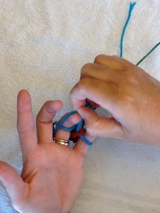 Continúe colocando bucle inferior sobre la parte superior del bucle y el dedo.