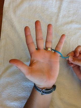 Apriete final de hilo y deslizarse a través de los dedos anular y meñique. Deja 3