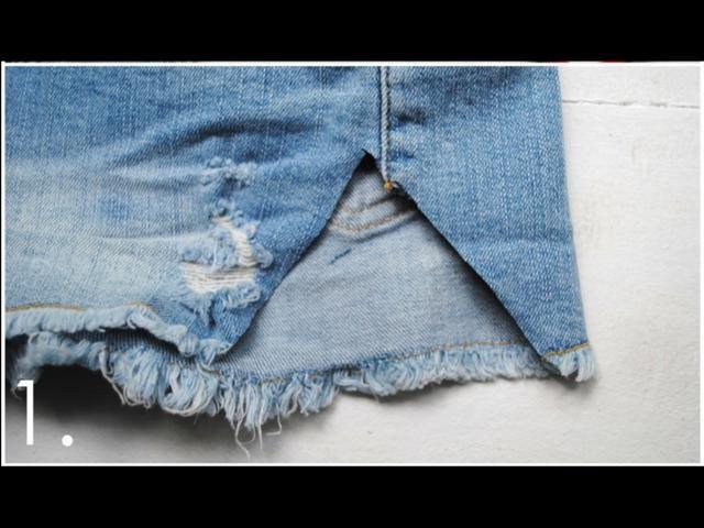 Cortar un triángulo fuera de sus pantalones cortos que es más o menos la forma del encaje. Asegúrese de cortar el triángulo exactamente en la costura lateral.