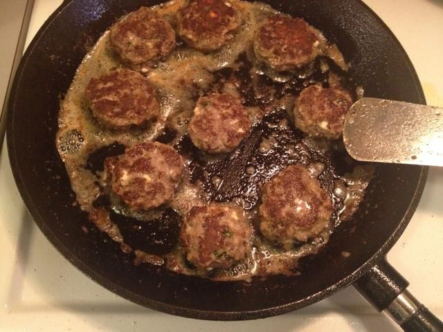 Freír las empanadas en un poco de aceite de oliva y la mantequilla.