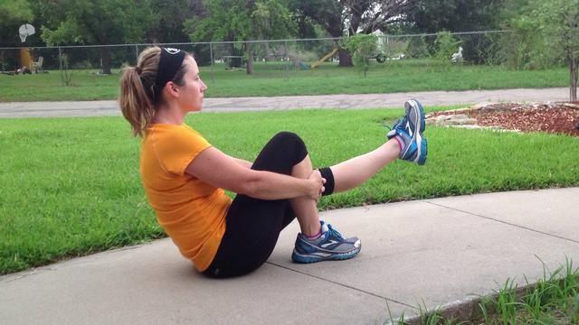 Alterne las piernas. 10 más altas y bajas con la pierna rotados hacia fuera.