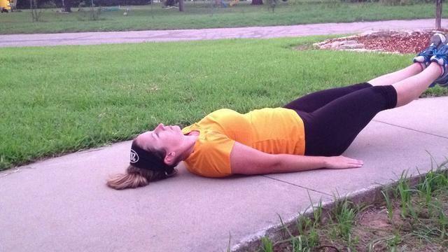 Baje las piernas hacia el suelo. Mantenga la espalda plana en el suelo y tirar de los abdominales en apretado.