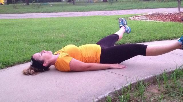 Extienda las piernas lo más amplia posible. Traer de vuelta juntos y levantar las piernas hacia atrás al punto de partida a los 90 grados. Este fue un ciclo. Haga esto 10 veces en total.
