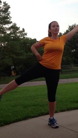 Ahora levante una pierna hacia fuera de la tierra en un ángulo. Levante el brazo opuesto en el aire. Equilibrar una segunda.