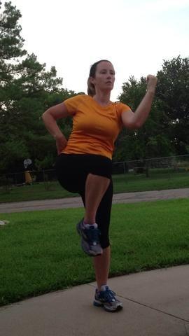 Traiga la rodilla y el codo juntos. A continuación, envíe el brazo y la pierna de vuelta. Trate de no inferior de la pierna en el suelo! Repita 10 veces.