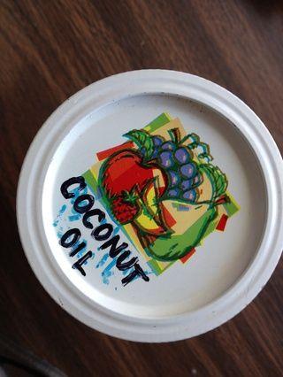 Cualquier aceite funcionará pero prefiero el aceite de coco. Compro mi aceite a granel y almaceno una porción más pequeña en mi frasco de conservas para el uso diario. (los muchos usos diarios pueden ser el tema de discusión más adelante también)