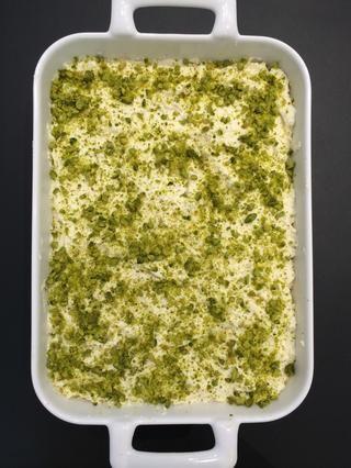 Poner en el plato de servir. Cubra con Achta. (Crema ... pls ir a mi guía de cómo hacer Achta) y rociar con miel o jarabe de agave. Y terminar con pistachos