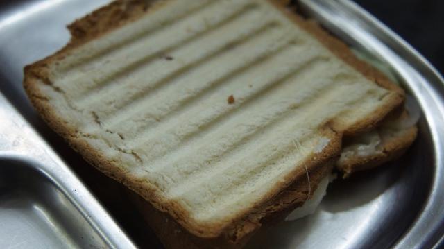 Ahora el sándwich se ve así ... Cortar en diagonal ...