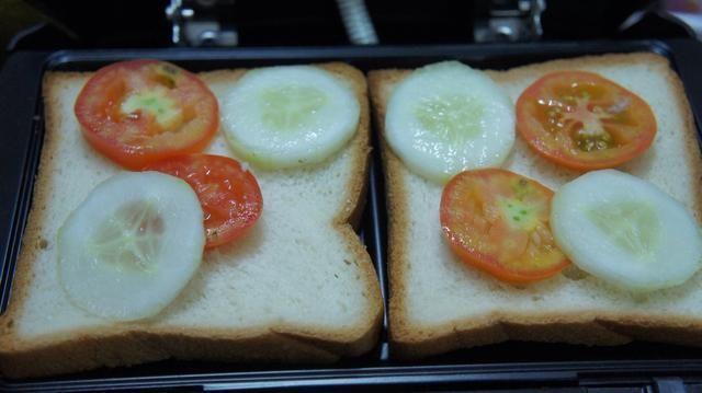 Mantenga las rebanadas de pan en la sandwichera y poner el tomate, el pepino y la cebolla como ingredientes en la rebanada de pan de molde en rebanadas ...