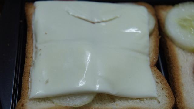 Ahora coloque la rebanada de queso en las coberturas ...