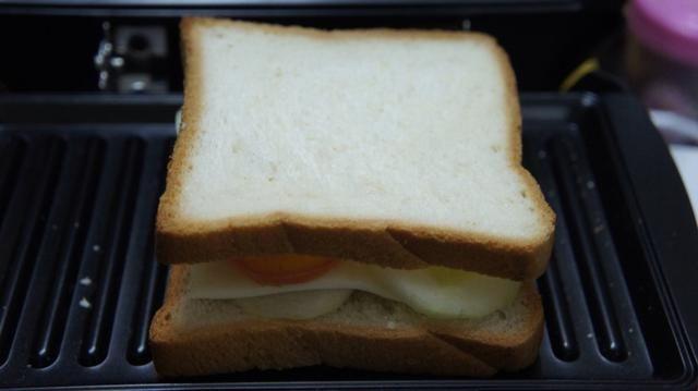 Ahora cierra los ingredientes con una rodaja de pan de molde ...