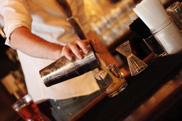 Agregar hielo, sello, agitar hasta que el agitador se pone bonito y helada. Cuele en un vaso Old Fashioned refrigerada y se llenan de hielo.