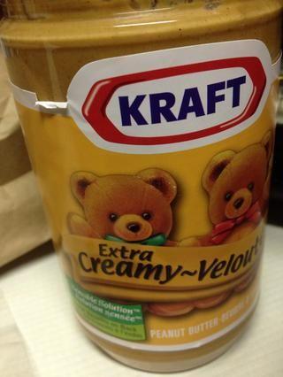 Mide 1/4 taza de mantequilla de maní. Yo uso cremosa extra.