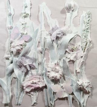 Dé a sus flores dos capas de yeso para cebar la superficie. Después de secado rasgar las áreas negativas del documento de antecedentes.