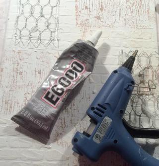 Siempre me dirijo a pegamento E6000 para adherir mis embellies metálicos pero yo uso la pistola de pegamento para guardar objetos en su lugar, mientras que el E6000 está secando.