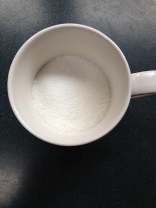 Poner el azúcar en la parte superior