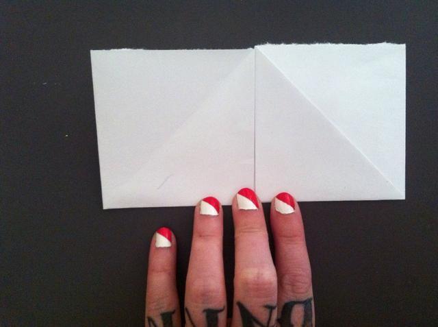 Doblar borde izquierdo para satisfacer centro de estas características. Abra las puertas (últimos dos pliegues) y ...