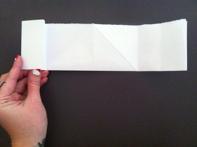 Doblar borde izquierdo al primer pliegue en el lado izquierdo (el pliegue hecho de pliegue anterior). Repita en el lado derecho y desarrollarse (derecha solamente).