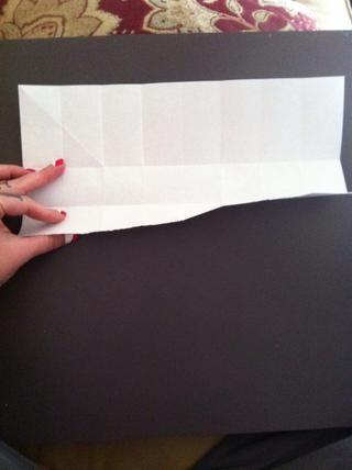 Completamente desarrollarse. Doble el borde inferior de pliegue central. Doble el borde superior de pliegue central ...