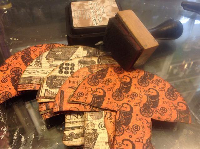 Recorte sus formas. Apilé 3 capas de papel a la hora de hacer el corte más rápido. Luego de tinta todos sus bordes muy bien. Solía Frayed tinta angustia arpillera.