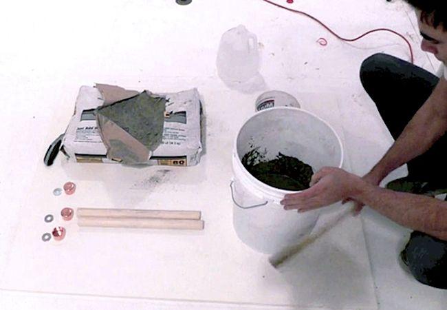 Cómo hacer un taburete de hormigón - Mezclar