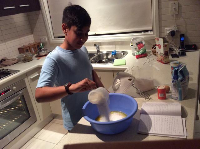 Paso 3. Vierta 1 taza de coco desecado en el cuenco
