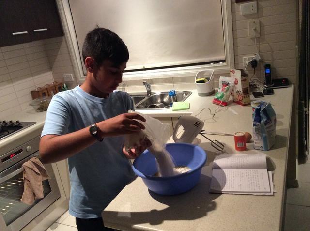 Paso 4. Vierta todo el paquete de mezcla para pastel de vainilla en el tazón