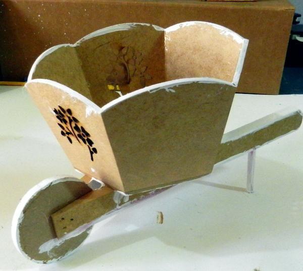 Pintar los bordes de la carretilla de madera utilizando gesso acrílico.