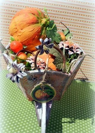 Distribuir las calabazas, flores y ramas dentro de la carretilla y colgar una etiqueta G45 Un misterioso cuento decorativo aglomerado.