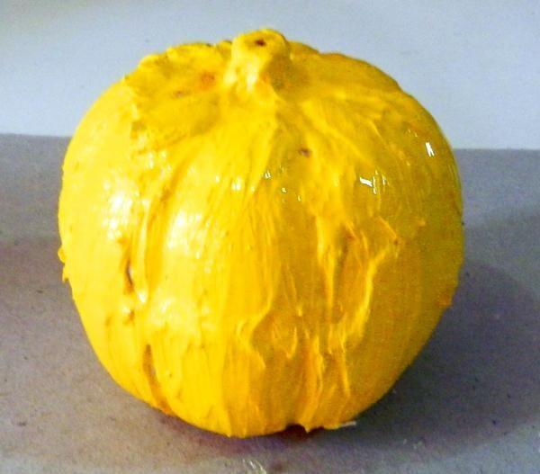 Empezar a pintar su calabaza con Yelow-naranja.