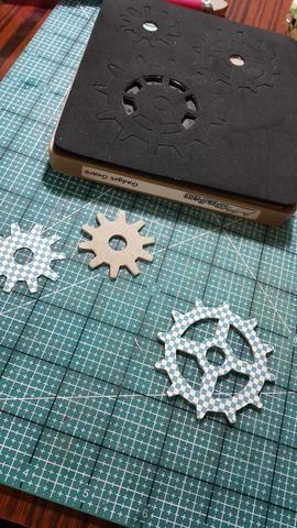 Muere piezas de aglomerado cortadas y papeles como los acentos decorativos en la parte delantera del ventilador