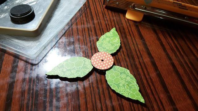 Die cortar dos piezas de círculo piezas de aglomerado, se adhieren las hojas en el medio como sándwiches, perforar un pequeño agujero para el cable negro