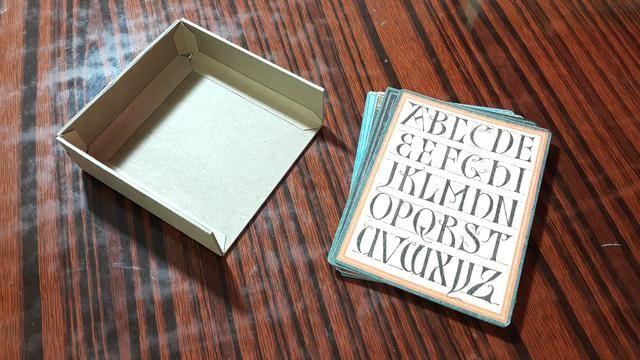 Cortar trozos de aglomerado y se adhieren en forma que encajan para las tarjetas 3x4inch se deslicen en