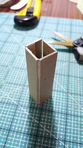 Cortar trozos de aglomerado y formar en forma, como la base de pie del ventilador