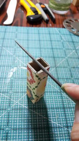 Cubrir la base con sus favourtie Gráfico 45 artículos, utilice las herramientas para formar una base curva para la botella de yogur upcycle