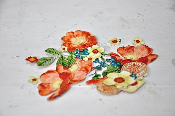 Fussy cortar algunas flores de un papel con dibujos de la colección lloviendo gatos y perros