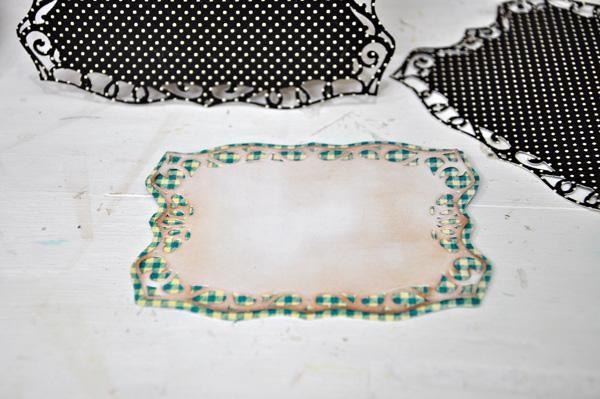 Se adhieren al papel troquelado más pequeño en otro papel con diseño de contraste. Acabo eyeballed la forma del papel con dibujos basados en el papel troquelado blanco.