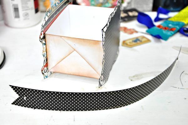 Crear un mango cortando una tira de papel como se ve en la imagen. Esto es de 8 pulgadas x 1 pulgada.